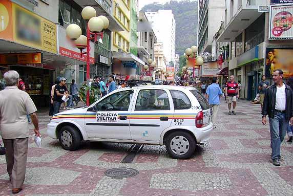 Recolhendo veículos abandonados nas ruas de Juiz de Fora/MG