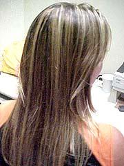 Foto de uma mulher loira de costas