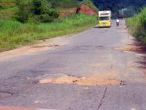 Foto de estrada esburacada