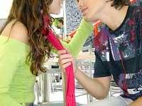 Adolescentes olhando um para  o outro, quase se beijando